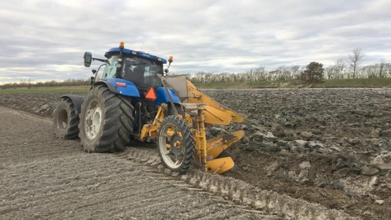 Med 120 centimeters pløjedybde gør Iversens Markservice det muligt at blande det dybere jordlag sammen med det øverlige, hvilket giver en god dræningseffekt af jorden.