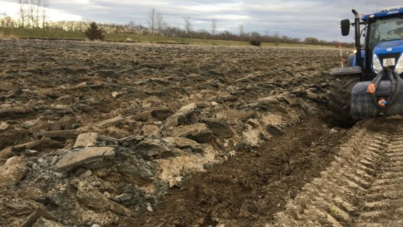 Ploven er målrettet til marker, hvor man enten ønsker at trække de dybere jordlag op til toppen, eller ønsker en blanding af de dybere jordlag med de øverlige jordlag.